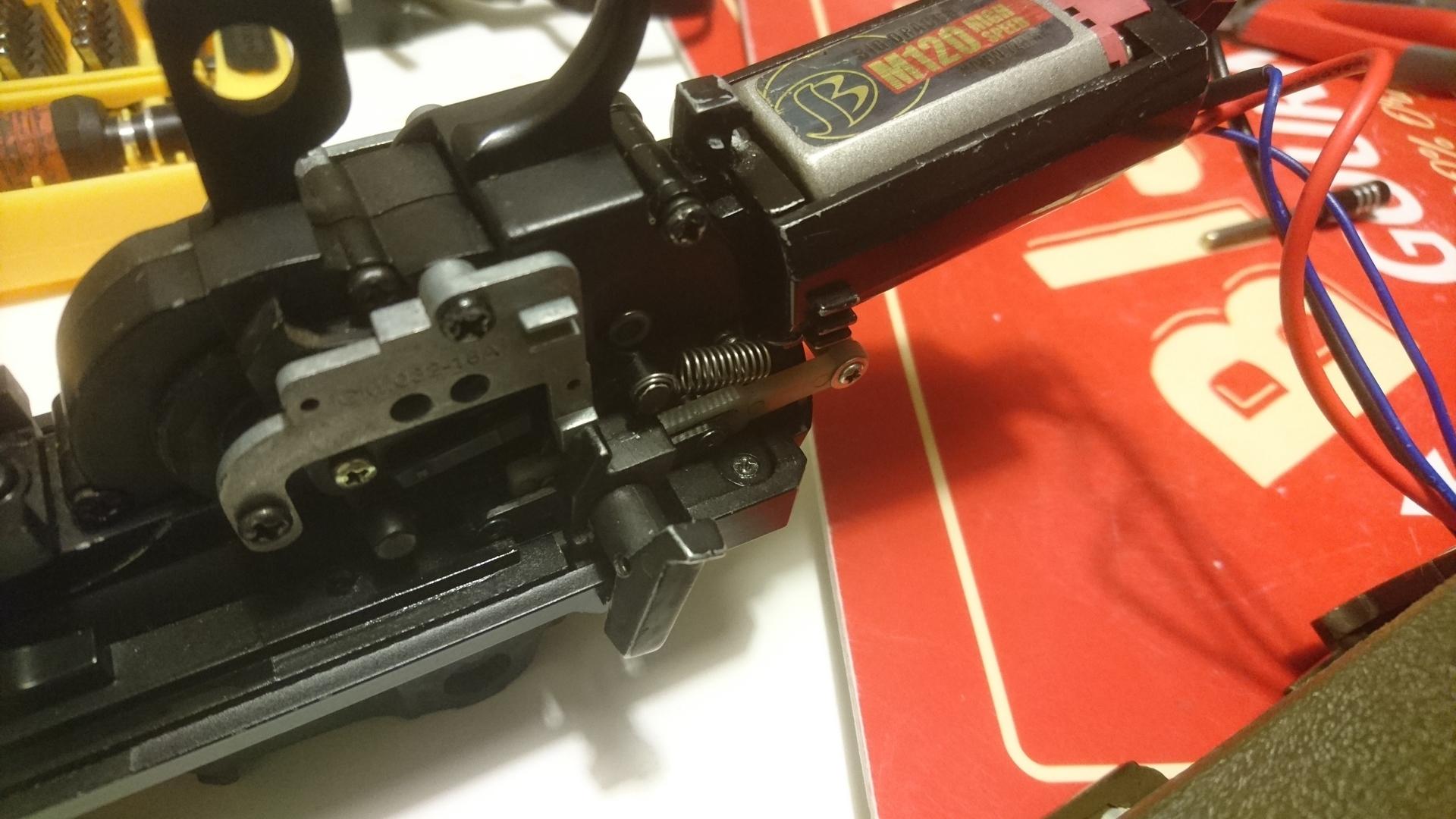 M14socom 軽量化 チャージングレバー取外2